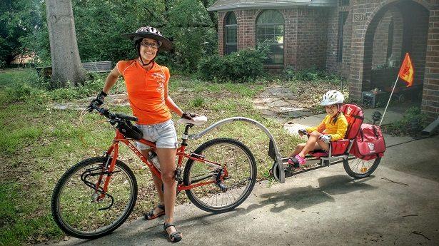 Remorque vélo enfant à pédales près pour une longue balade