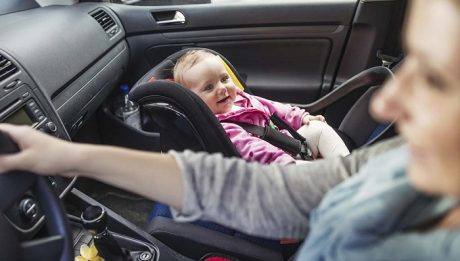 Enfant à l'avant de la voiture