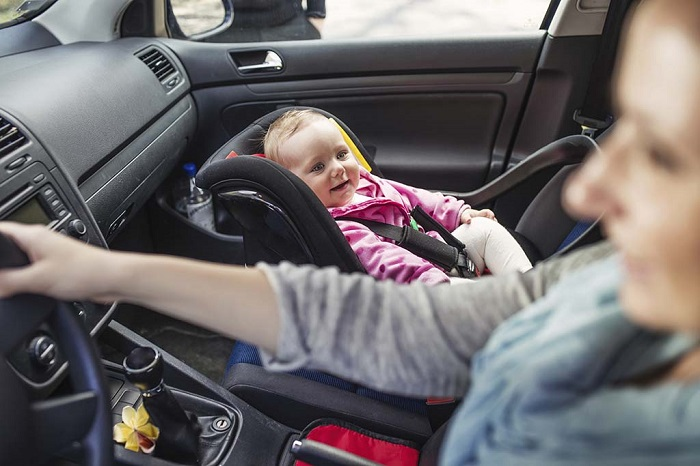 attacher enfant avant voiture