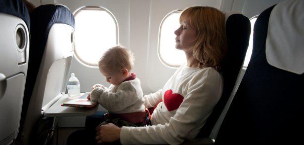voyager avec Bébé en avion - sur ses genoux