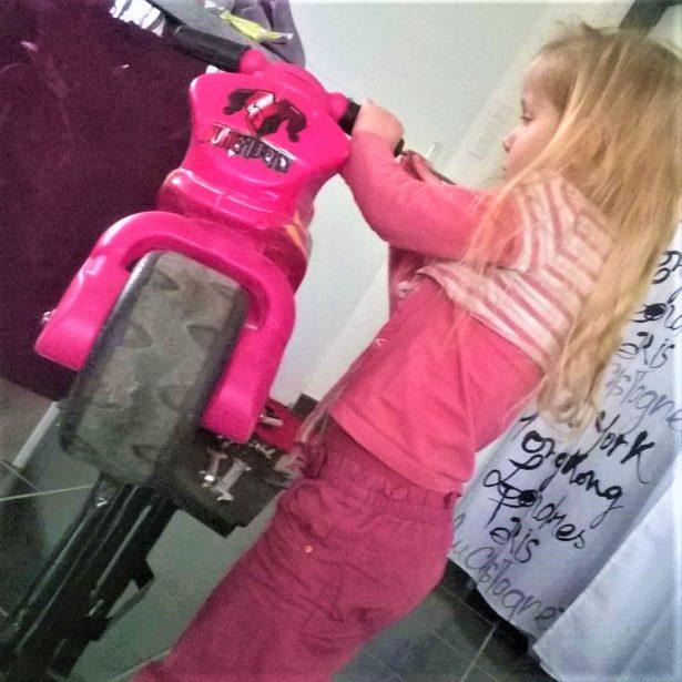 Haylin répare sa moto comme Papa !