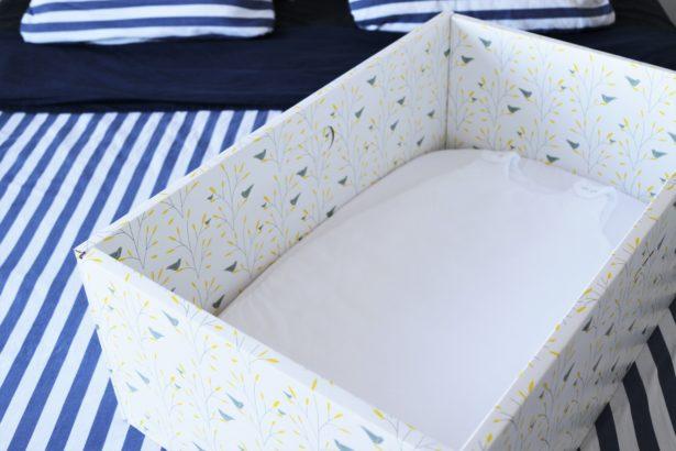 Le berceau en carton de la baby-box premier jour