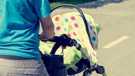 protéger la poussette avec un drap est dangereux pour bébé