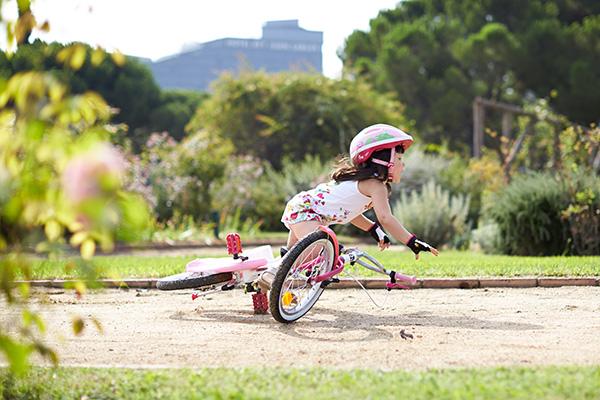 Apprendre à faire du vélo peut représenter quelques chutes...
