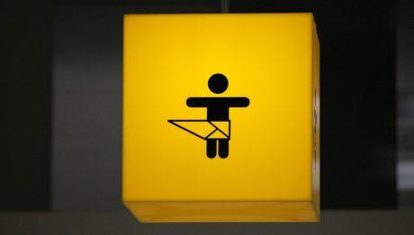 Des tables à langer dans les toilettes hommes new york