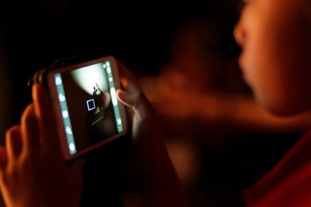 Ils passent de plus en plus de temps sur les smartphones - application contrôle parental tablette mobile smartphone