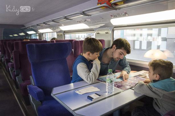 Un KidySitter accompagne votre enfant pendant les trajets